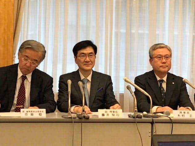 新出生前診断について記者会見する日本産科婦人科学会の木村正理事長(右)ら