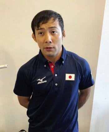 柔道グランプリ大会から帰国し、取材に応じる男子60キロ級の高藤直寿(9日、成田空港)=共同