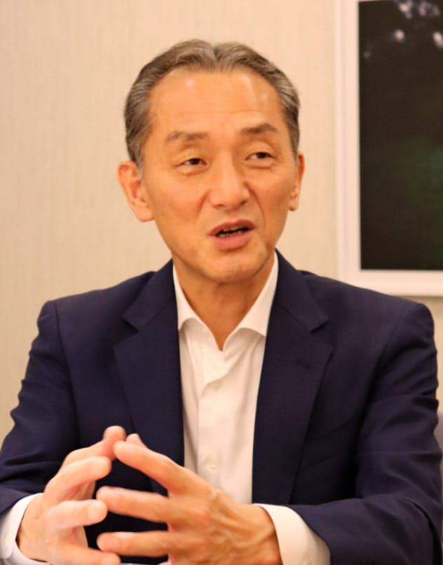 インタビューに答えるスルガ銀行の嵯峨行介副社長