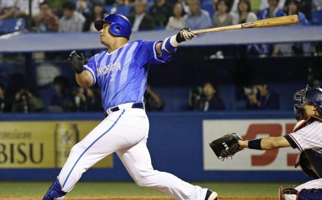 6回De?#21361;粒?#27515;、ロペスが左越えに満塁本塁打を放つ(9日、神宮)=共同