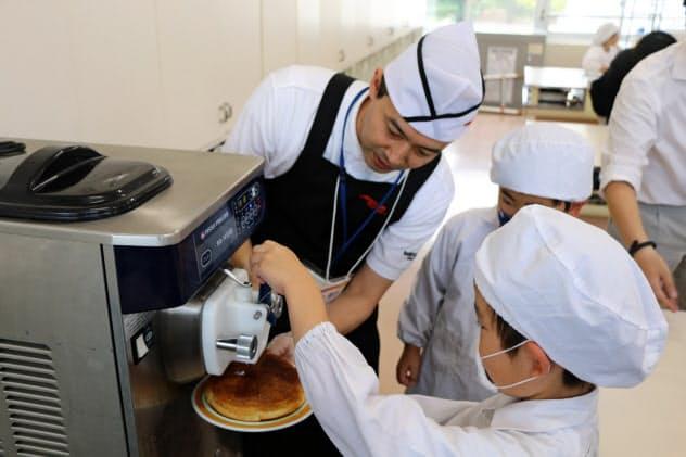 コメダHDの出前授業でソフトクリームの巻き方を学ぶ生徒(名古屋市)