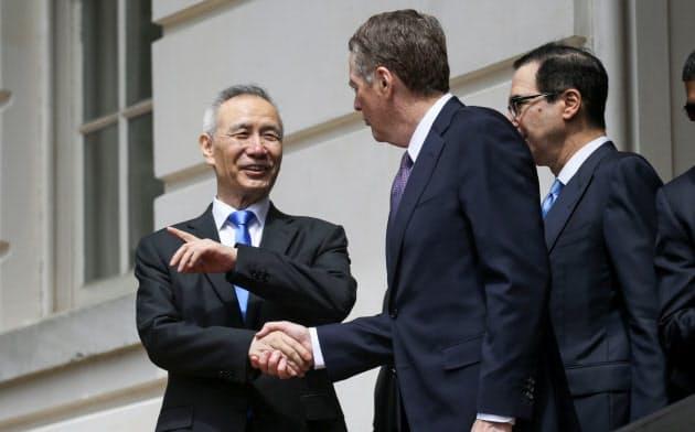 米中貿易協議は5月にワシントンでライトハイザー氏(中)と劉氏(左)が会談してから途絶えていた=ロイター