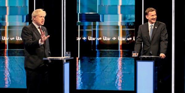 英国の次期首相を決める保守党党首選ではジョンソン前外相(左)がハント外相を大きくリードする=ロイター