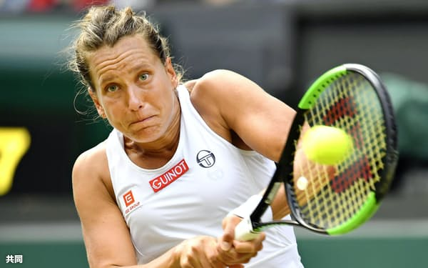 女子シングルスで準決勝に進出したバルボラ・ストリコバ(9日、ウィンブルドン)=共同
