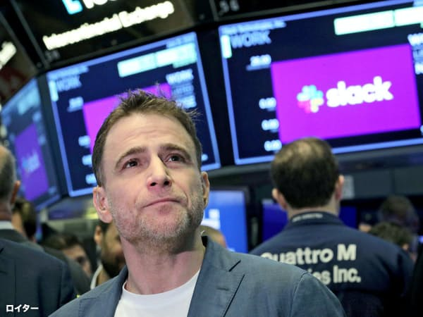 ニューヨーク証券取引所に直接上場し、立会場に立って株価を見守るスラックのバターフィールドCEO=ロイター