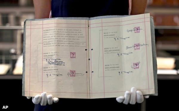 ビートルズのメンバーらがマネジャーと交わした契約書(5日、ロンドン)=AP
