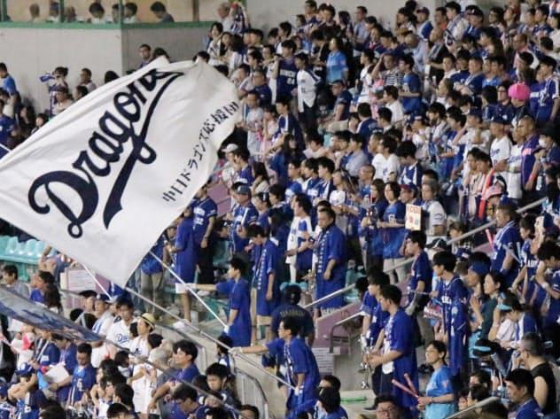 ナゴヤドームの外野席から応援?#24037;?#20013;日ドラゴンズのファン(6日、名古屋市東区)