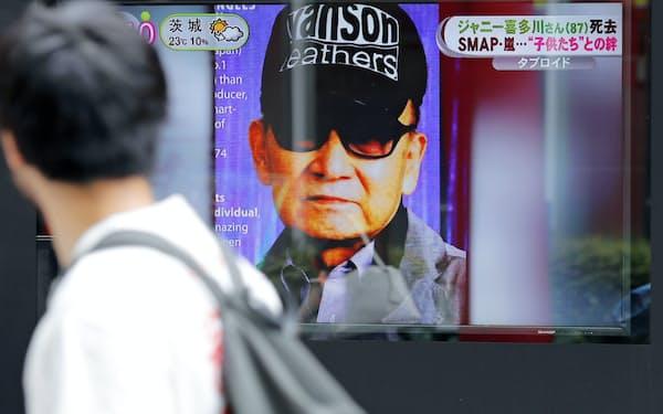 ジャニーズ事務所社長のジャニー喜多川さんの死去を伝える街頭テレビ(10日、東京・有楽町)=共同