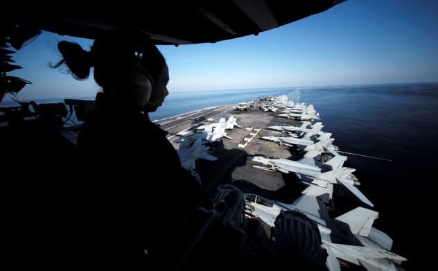 ホルムズ海峡周辺を航行?#24037;?#31859;軍の空母=ロイター