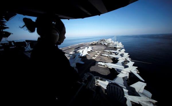 ホルムズ海峡周辺を航行する米軍の空母=ロイター