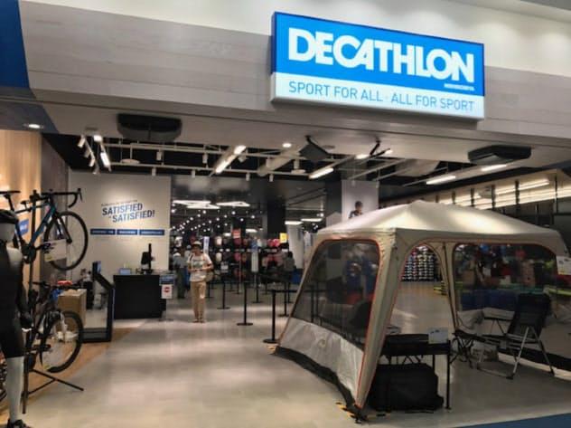 即席で設営できるキャンプ用テントなどが話題に(兵庫県西宮市の「デカトロン」1号店)