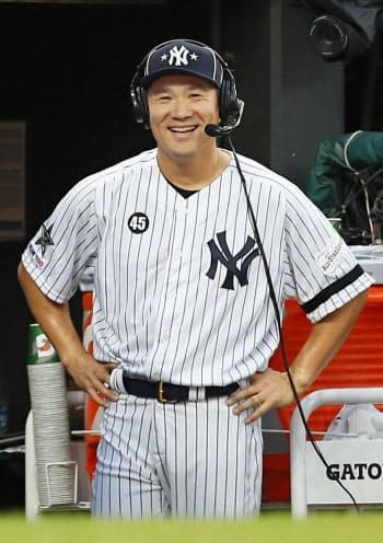 オールスター戦の登板を終え、ベンチで笑顔を見せるヤンキース・田中(9日、クリーブランド)=共同