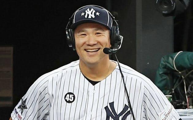 オールスター戦の?#21069;澶?#32066;え、ベンチで笑顔を見せるヤンキース?田中(9日、クリーブランド)=共同