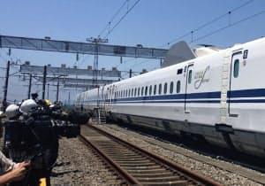 架線と車両をつなぐパンタグラフを降ろして自力走行するN700S(静岡県三島市)