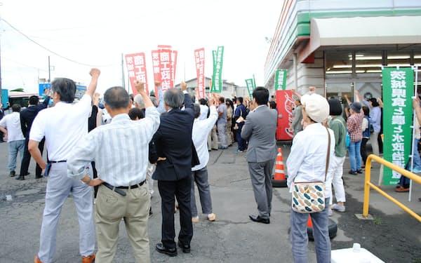 街頭演説会で気勢を上げる支援者ら(7月5日、茨城県城里町)