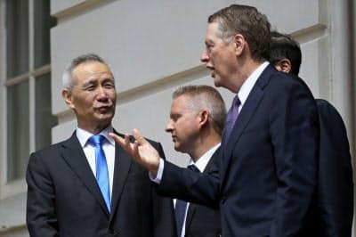 米通商代表部(USTR)のライトハイザー代表(右)と中国の劉鶴副首相(左)が9日、電話協議した(5月、ワシントン)=ロイター