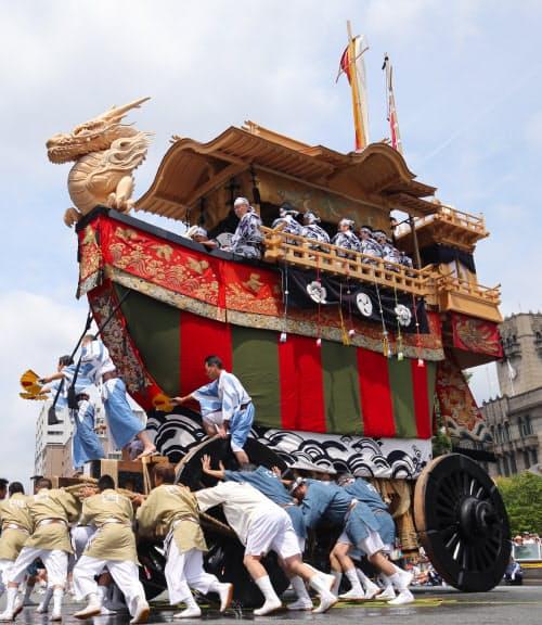 祇園祭後祭の山鉾巡行で披露された大船鉾の辻回し(2016年7月、京都市中京区)