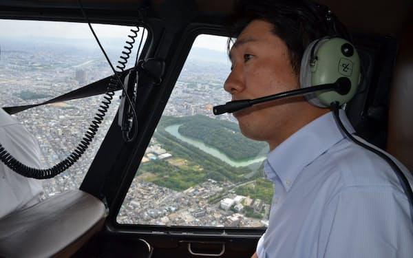 ヘリで上空から仁徳陵を見る永藤英機・堺市長=堺市提供