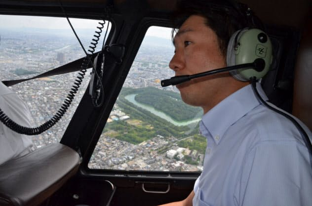 ヘリで上空から仁徳陵を見る永藤英機?堺市長=堺市提供