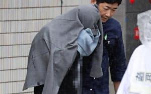 移送される容疑者(10日午後、福岡市博多区)=一部画像処理しています