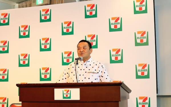 記者会見するセブン―イレブン・沖縄の久鍋研二社長