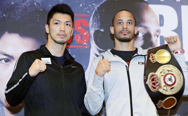 WBAミドル級タイトル戦に向け、ポーズをとる村田諒太(左)と王者のロブ?ブラント(10日、大阪市)=共同