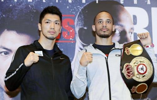 WBAミドル級タイトル戦に向け、ポーズをとる村田諒太(左)と王者のロブ・ブラント(10日、大阪市)=共同