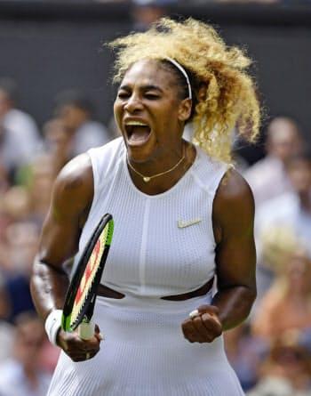 女子シングルス準々決勝でポイントを奪い、雄たけびを上げるセリーナ・ウィリアムズ=共同