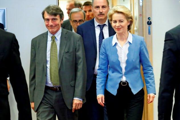 次期欧州委員長に指名されたフォンデアライエン独国防相(右)=ロイター