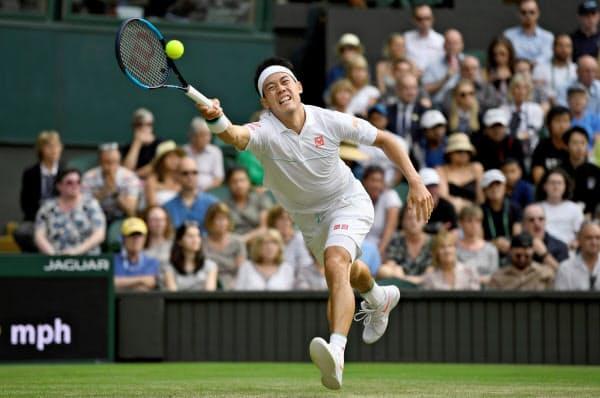 フェデラー戦でボールに飛びつく錦織圭(10日、ウィンブルドン)=ロイター