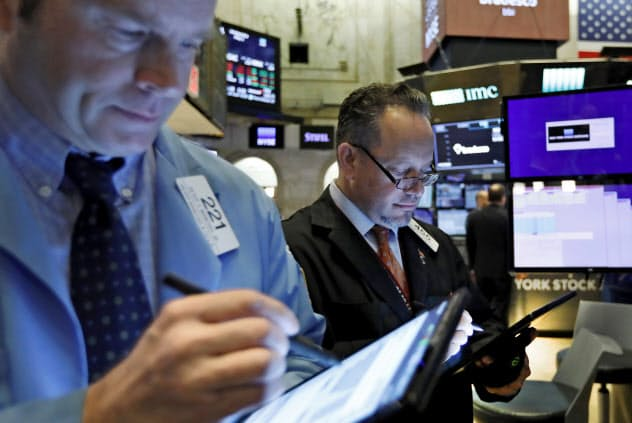 市場は7月末の利下げを折り込んでいる(ニューヨーク証券取引所)=AP