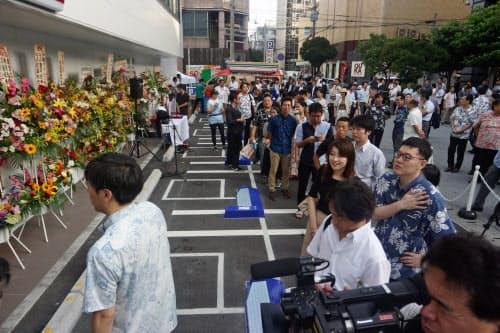 那覇市の店舗では開店前から長蛇の列ができた(11日午前)