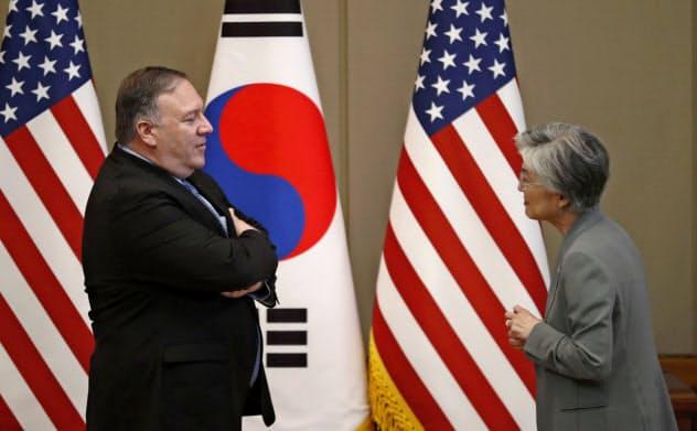 ポンペオ米国務長官(左)と韓国の康京和外相(6月、ソウル)=AP