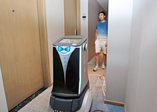 「楽易住」のホテルでは、ロボットが客室まで案内する(6月26日、中国・深圳)