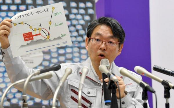 はやぶさ2が小惑星「りゅうぐう」に着陸したことを報告するJAXAの久保田孝研究総主幹(11日、相模原市)
