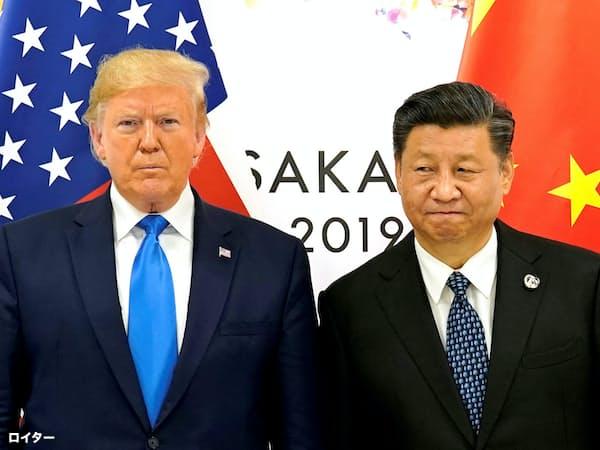 米中首脳会談に臨むトランプ大統領(左)と習国家主席(6月29日、大阪)=ロイター