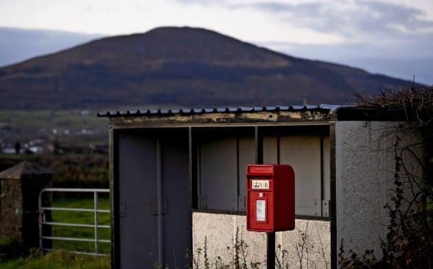 アイルランドと国境を接する英領北アイルランドの町のバス停=ロイター