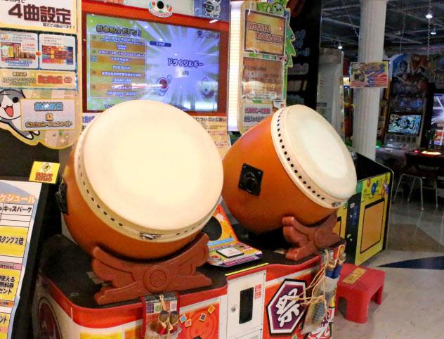 盗難被害に遭ったゲームセンターに設置されている太鼓の達人(6月27日、名古屋市千種区)