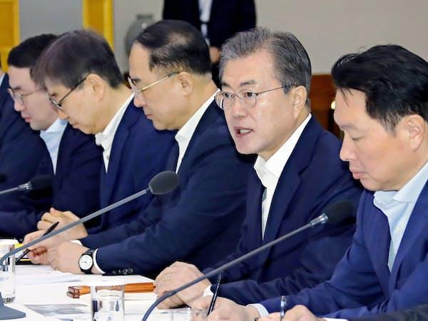 10日、財閥トップらとの会議で発言する韓国の文在寅大統領=右から2人目(ソウル)=聯合・共同