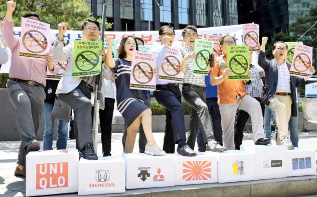 5日、日本の輸出規制強化に反対し、ソウルで日本企業のロゴマークが描かれた箱を踏みつぶす韓国の中小企業経営者ら=共同