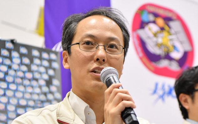 記者会見をするJAXAの津田雄一プロジェクトマネージャ(11日、相模原市)