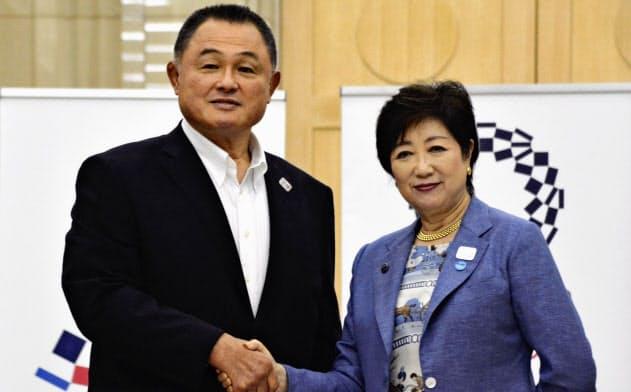 東京都庁で小池百合子知事(右)と握手するJOCの山下泰裕会長。山下会長も幻のモスクワ五輪代表である=共同