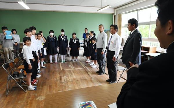 先生を交えた「フリートーク」の授業に臨む全在校生(5月、山口県防府市)