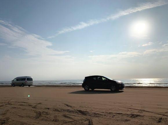 砂の粒子が小さく車がスムーズに走れる(石川県宝達志水町)