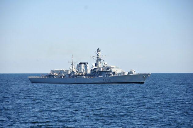 英タンカーを護衛していた英海軍フリゲート艦「モントローズ」(2014年6月)=ロイター