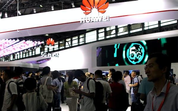 米企業からの部品調達が困難になるなか、ファーウェイは半導体の内製化などの対策を進める(6月、上海市の展示会)