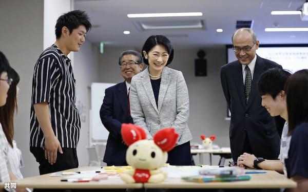 地元の学生らの献血推進活動を視察される秋篠宮妃紀子さま(11日午前、金沢市)=共同
