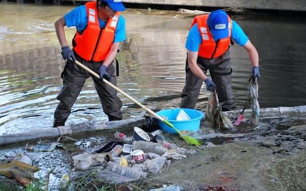 埼玉県は川を流れるゴミをせき止めて回収し、種類を調査した(埼玉県川越市の新河岸川)