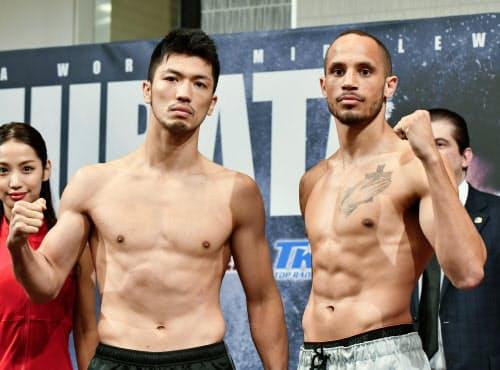 WBAミドル級タイトル戦の前日計量をパスし、ポーズをとる村田諒太(左)と王者のロブ・ブラント(11日、大阪市)=共同