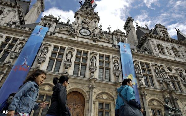 GDPRではEU市民である従業員に加え、顧客のデータも保護の対象だ(パリのホテル前を歩く観光客)=AP